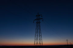 Ψηλός πύργος μετάδοσης ενάντια στο όμορφο μπλε ηλιοβασίλεμα Στοκ φωτογραφία με δικαίωμα ελεύθερης χρήσης