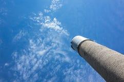 Ψηλός πύργος νερού φιαγμένος από γκρίζα τούβλα Στοκ φωτογραφία με δικαίωμα ελεύθερης χρήσης