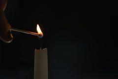 Ψηλός φωτισμός κεριών στο σκοτεινό περιβάλλον Στοκ Εικόνα