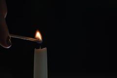 Ψηλός φωτισμός κεριών στο σκοτεινό περιβάλλον Στοκ Εικόνες