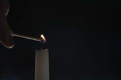 Ψηλός φωτισμός κεριών στο σκοτεινό περιβάλλον Στοκ Φωτογραφίες