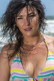 Ψηλό θηλυκό πρότυπο Brunette στην παραλία Στοκ Φωτογραφία
