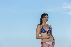 Ψηλό θηλυκό πρότυπο Brunette στην παραλία Στοκ Εικόνες