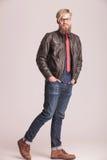Ψηλό ξανθό περπάτημα ατόμων μόδας Στοκ εικόνα με δικαίωμα ελεύθερης χρήσης
