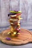 Ψηλό σάντουιτς του ψωμιού, λουκάνικο, τυρί, βασιλικός Στοκ Φωτογραφίες