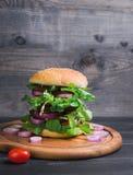 Ψηλό χάμπουργκερ σάντουιτς λουξ Στοκ φωτογραφίες με δικαίωμα ελεύθερης χρήσης
