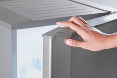 ψυγείο ανοίγματος χεριώ& στοκ εικόνα