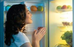 Ψυγείο με τα τρόφιμα στοκ φωτογραφία με δικαίωμα ελεύθερης χρήσης