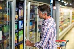 Ψυγείο υπεραγορών ανοίγματος ατόμων Στοκ εικόνες με δικαίωμα ελεύθερης χρήσης