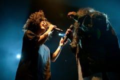 Ψυχή Ibeyi και σύγχρονος ρυθμός και κουβανική ζώνη μπλε στη συναυλία στη σκηνή Apolo Στοκ Εικόνες