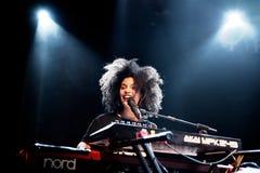 Ψυχή Ibeyi και σύγχρονος ρυθμός και κουβανική ζώνη μπλε στη συναυλία στη σκηνή Apolo Στοκ Φωτογραφία