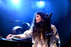 Ψυχή Ibeyi και σύγχρονος ρυθμός και κουβανική ζώνη μπλε στη συναυλία στη σκηνή Apolo Στοκ Φωτογραφίες