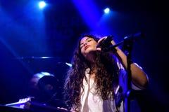 Ψυχή Ibeyi και σύγχρονος ρυθμός και κουβανική ζώνη μπλε στη συναυλία στη σκηνή Apolo Στοκ φωτογραφία με δικαίωμα ελεύθερης χρήσης