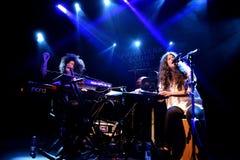 Ψυχή Ibeyi και σύγχρονος ρυθμός και κουβανική ζώνη μπλε στη συναυλία στη σκηνή Apolo Στοκ εικόνες με δικαίωμα ελεύθερης χρήσης