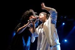 Ψυχή Ibeyi και σύγχρονος ρυθμός και κουβανική ζώνη μπλε στη συναυλία στη σκηνή Apolo Στοκ Εικόνα