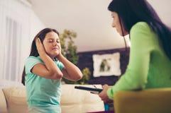 Ψυχίατρος που εντοπίζει το έφηβη με το διανοητικό πρόβλημα Στοκ Φωτογραφίες