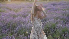 Ψυχαγωγίες διακοπών έννοιας λίγο ξανθό όμορφο φόρεμα κοριτσιών που χορεύει στο όμορφο τοπίο φύσης φιλμ μικρού μήκους
