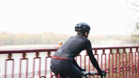 Ψυχαγωγική έννοια ανακύκλωσης Ο ποδηλάτης από την πίσω πλευρά ποδηλάτων ακολουθεί τον πυροβολισμό Ποταμός στο υπόβαθρο απόθεμα βίντεο