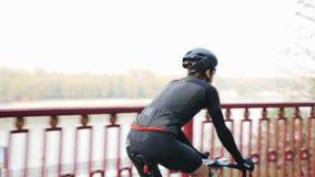 Ψυχαγωγική έννοια ανακύκλωσης Ο ποδηλάτης από την πίσω πλευρά ποδηλάτων ακολουθεί τον πυροβολισμό Ποταμός στο υπόβαθρο o απόθεμα βίντεο