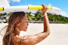Ψυχαγωγικός αθλητισμός θερινού νερού σερφ Γυναίκα με την ιστιοσανίδα στοκ εικόνες