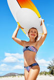 Ψυχαγωγικός αθλητισμός θερινού νερού σερφ Γυναίκα με την ιστιοσανίδα στοκ φωτογραφία με δικαίωμα ελεύθερης χρήσης