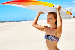 Ψυχαγωγικός αθλητισμός θερινού νερού σερφ Γυναίκα με την ιστιοσανίδα στοκ εικόνα με δικαίωμα ελεύθερης χρήσης