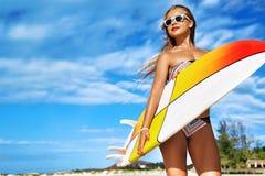 Ψυχαγωγικός αθλητισμός θερινού νερού σερφ Ιστιοσανίδα εκμετάλλευσης κοριτσιών στοκ εικόνες με δικαίωμα ελεύθερης χρήσης