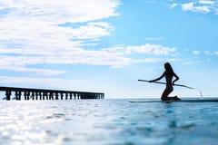 Ψυχαγωγικός αθλητισμός νερού Σκιαγραφία γυναικών στην ιστιοσανίδα σε Ocea στοκ φωτογραφία με δικαίωμα ελεύθερης χρήσης
