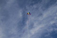 Ψυχαγωγικός, ικτίνος των χρωμάτων ουράνιων τόξων σε έναν μπλε ουρανό με το φως wh Στοκ φωτογραφία με δικαίωμα ελεύθερης χρήσης