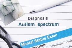 Ψυχιατρικό φάσμα αυτισμού διαγνώσεων Το ιατρική βιβλίο ή η μορφή με το όνομα του φάσματος αυτισμού διαγνώσεων είναι στον πίνακα τ Στοκ Εικόνες