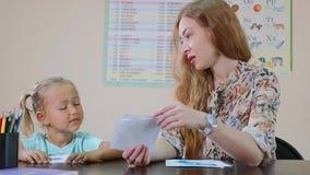 Ψυχολογικός εξεταστικός το χαριτωμένο μικρό κορίτσι απόθεμα βίντεο