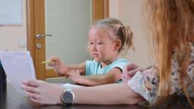 Ψυχολογικός εξεταστικός το χαριτωμένο μικρό κορίτσι φιλμ μικρού μήκους