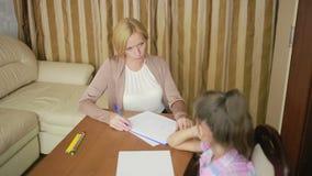 Ψυχολόγος παιδιών με ένα μικρό κορίτσι ψυχολογική παροχή συμβουλών παιδιών φιλμ μικρού μήκους
