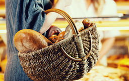 Ψωμί αγορών πελατών στο φέρνοντας καλάθι αρτοποιών στοκ εικόνες