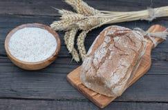 Ψωμί αρτοποιείων σε έναν ξύλινο πίνακα Στοκ εικόνες με δικαίωμα ελεύθερης χρήσης