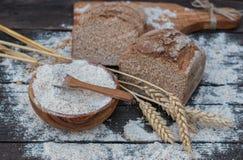 Ψωμί αρτοποιείων σε έναν ξύλινο πίνακα Στοκ εικόνα με δικαίωμα ελεύθερης χρήσης