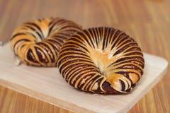 Ψωμί αρτοποιείων σε ένα ξύλινο φύλλο Στοκ Εικόνες