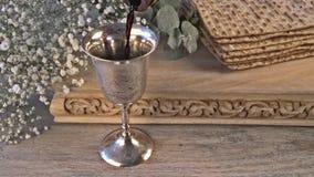 Ψωμί διακοπών Passover matzoh εβραϊκό πέρα από τον ξύλινο πίνακα απόθεμα βίντεο