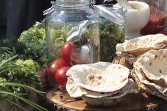 Ψωμί και λαχανικά Pita σε ένα κούτσουρο Στοκ Εικόνες