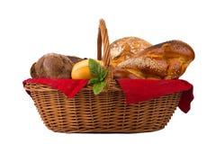Ψωμί και κουλούρια στο ψάθινο καλάθι που απομονώνεται στο λευκό Στοκ Εικόνες