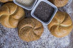 Ψωμί και μέρη των φρέσκων κουλουριών ψωμιού στοκ φωτογραφία