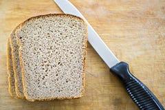 Ψωμί και μαχαίρι breadboard στοκ φωτογραφία με δικαίωμα ελεύθερης χρήσης