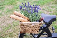 Ψωμί και λουλούδια σε ένα καλάθι Στοκ φωτογραφία με δικαίωμα ελεύθερης χρήσης