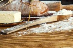 Ψωμί και προσθήκες σε έναν ξύλινο πίνακα Στοκ φωτογραφίες με δικαίωμα ελεύθερης χρήσης