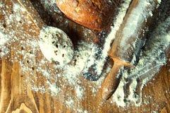 Ψωμί και προσθήκες σε έναν ξύλινο πίνακα Στοκ εικόνες με δικαίωμα ελεύθερης χρήσης