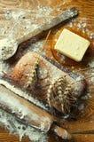Ψωμί και προσθήκες σε έναν ξύλινο πίνακα Στοκ Εικόνα