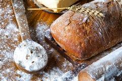 Ψωμί και προσθήκες σε έναν ξύλινο πίνακα Στοκ Φωτογραφία