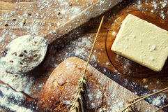 Ψωμί και προσθήκες σε έναν ξύλινο πίνακα Στοκ φωτογραφία με δικαίωμα ελεύθερης χρήσης