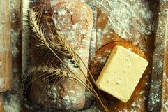 Ψωμί και προσθήκες σε έναν ξύλινο πίνακα Στοκ εικόνα με δικαίωμα ελεύθερης χρήσης
