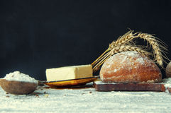 Ψωμί και προσθήκες σε έναν ξύλινο πίνακα Στοκ Εικόνες